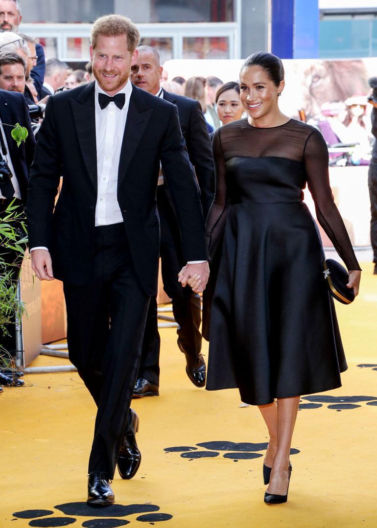 Meghan ja Harry jaksavat kaikesta parjauksesta huolimatta hymyillä kameroiden edessä.
