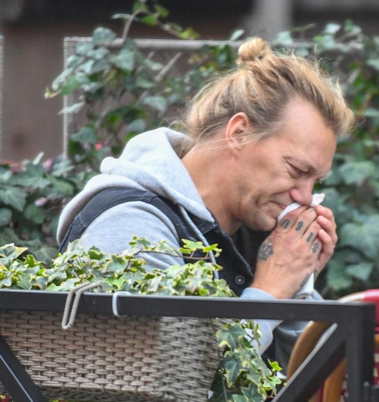 Kahvilan terassilla Jukka turautti kunnolla nenäliinaan...