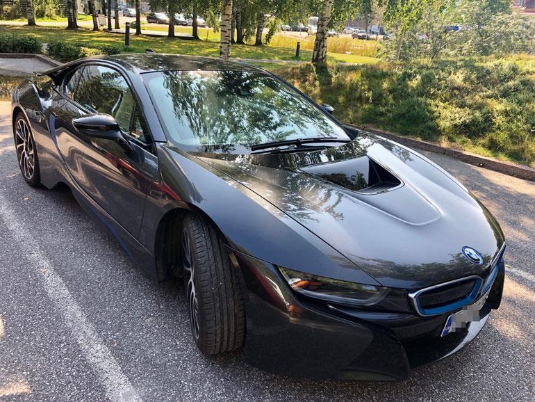 Jutan häikäisevän BMWi8-hybridauton hinta pyörii 160 000 euron hujakoilla.