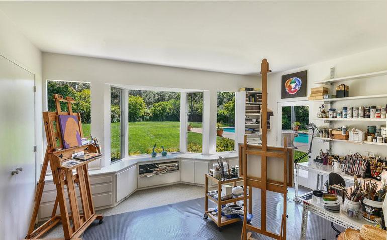 Adelen kodista löytyy myös ateljee, jossa laulaja voi harrastaa esimerkiksi maalaamista.