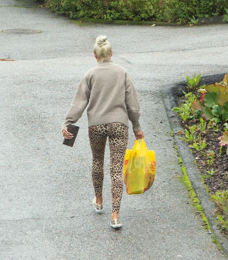 Tiukkoihin leopardi-legginsseihin sonnustautunut Maisa kävi salarakkaalleen kaupassa.