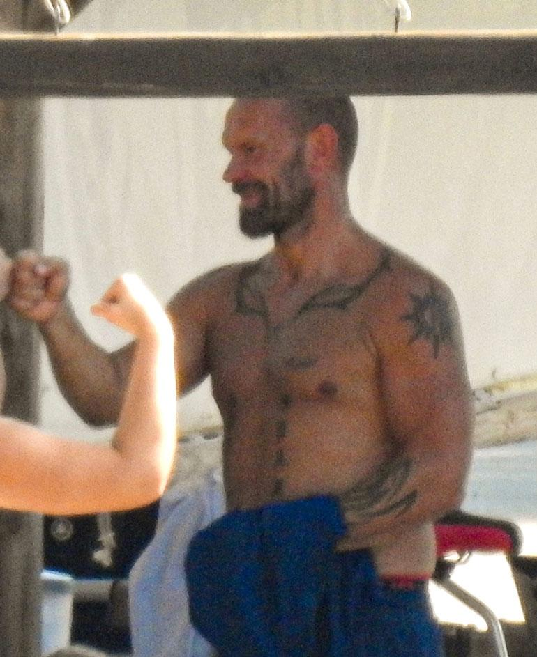 Nyrkkeilytreeneistä vastannut Jere paljasti lihaksikkaan yläkroppansa leiriläisten suureksi iloksi.