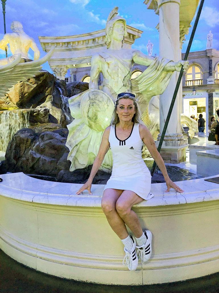 Kiken reissuposeeraus suihkulähteellä Las Vegasissa.