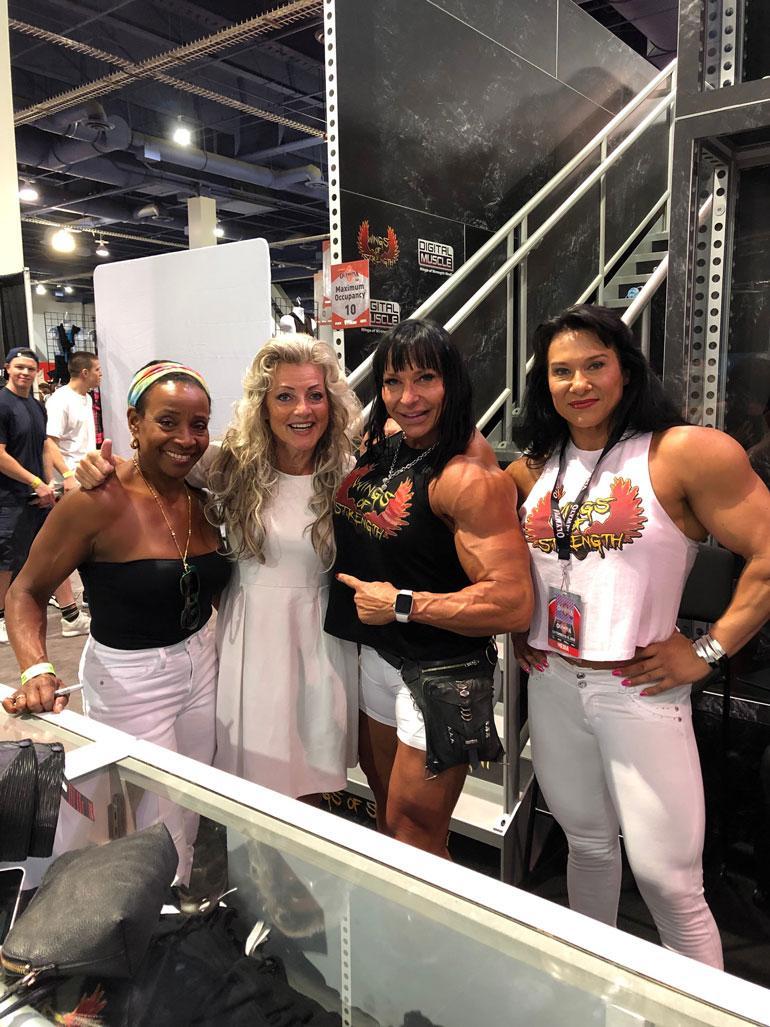 Kike viihtyi Las Vegasissa vuoden 1983 Miss Olympia -voittajan Carla Dunlapin (vas.) ja tämän useita kehonrakennuskisoja voittaneiden ystävien kanssa. – He olivat kaikki hirmu lihaksikkaita!