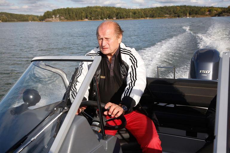 Täällä joka veljen sielu lepää! Juhani Tamminen nauttii täysin siemauksin Airiston ja Turun Kakskerran merellisestä miljööstä.
