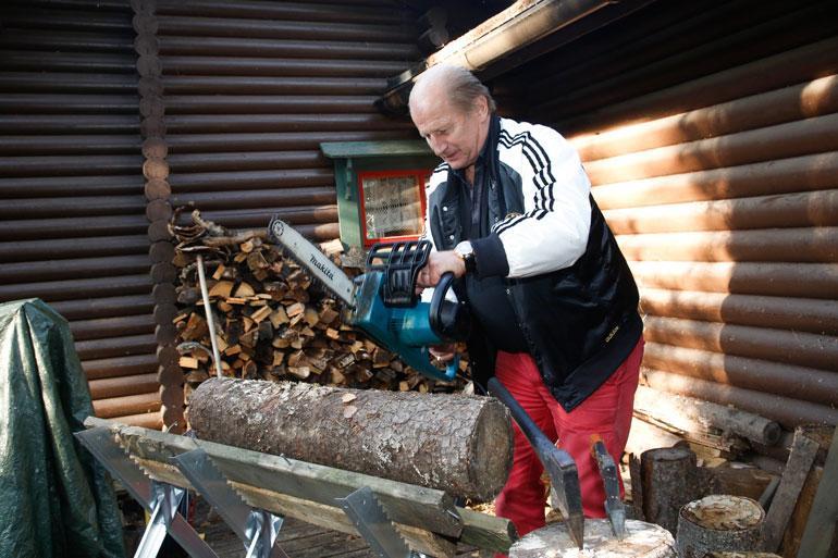 Tami on mies, jolla ei jää puut kaatamatta. – Sitten se on ihan sama, onko kuusi 13- vai 30-metrinen. Se kyllä kaatuu kuin itänaapuri kaukalossa!