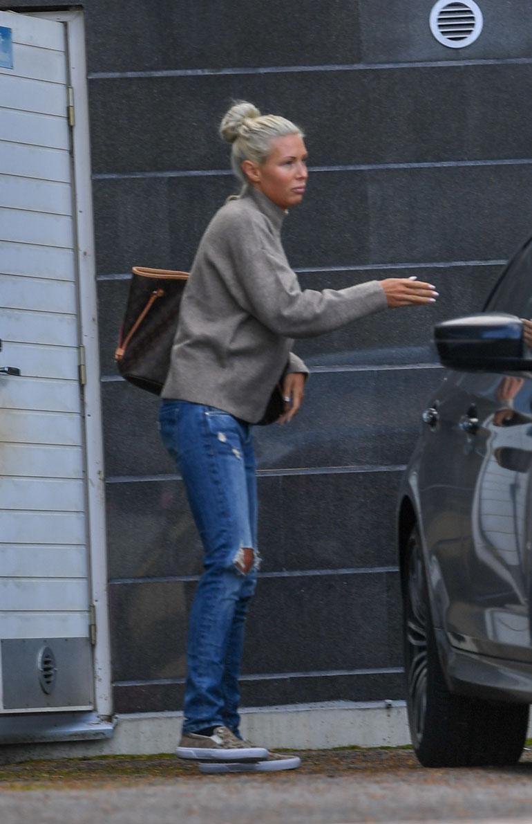 Paparazzit narauttivat Maisan pari viikkoa sitten, kun hän oli yökylässä it-pomon luona. Kuvassa Maisa hiipii aamulla miehen autoon.