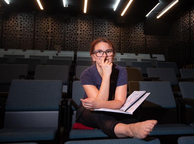 Kati Keskihannu on hyvinvointitaiteilija ja teatteri-ilmaisun ohjaaja, jonka osaaminen suuntautuu lasten ja nuorten kulttuuriin