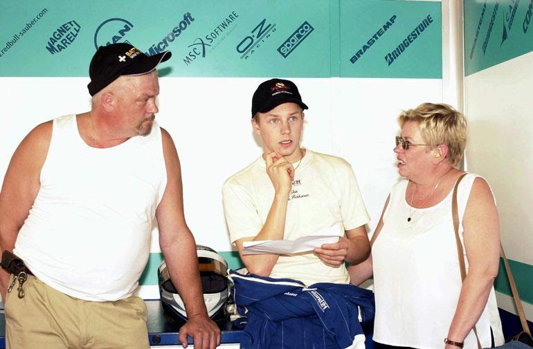 Kimin vanhemmat Matti ja Paula Räikkönen antoivat kaikkensa poikiensa harrastukselle. Matti menehtyi traagisesti vuonna 2010.
