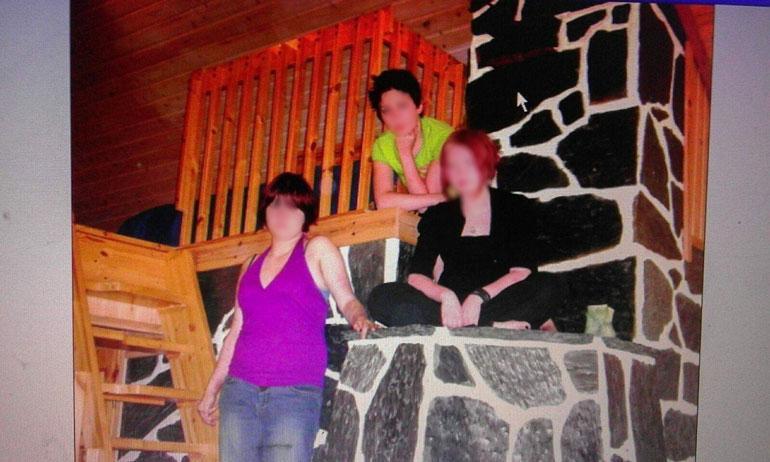 Tytöt lastenkodissa vuonna 2006. Yksi heistä teki itsemurhan vuosi sitten.