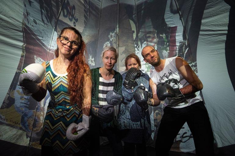 Esityksen työryhmään kuuluu noin 15 taiteen ja terapian ammattilaista. Vasemmalta oikealle Kati Keskihannu, Niina Ollikainen, Tytti Nieminen ja Henri Kivistö.
