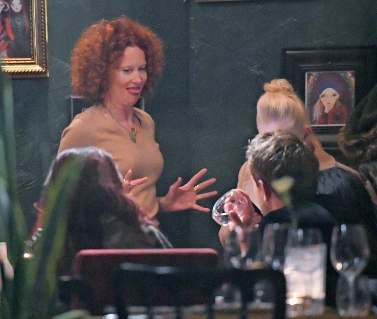 Ex-huppumalli Saimi Hoyer rupesi kesken illallisen hassuttelemaan Waltterille. Saimi teki hupsuja käsieleitä ja roikotti kieltään suusta.