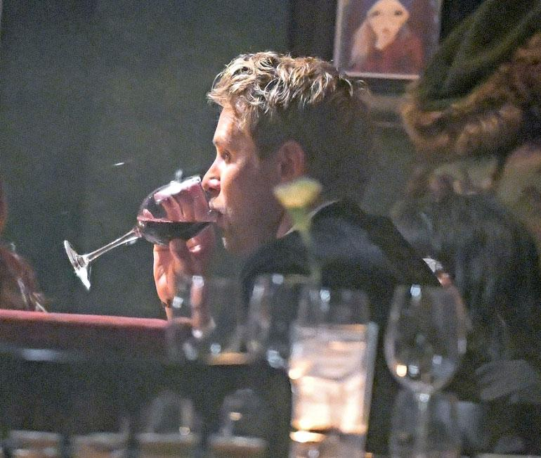 Waltteri lipitti punaviinia kiihtyvällä tahdilla. Hän tilasi tarjoilijan täyttämään lasin vielä juuri ennen pilkkua.