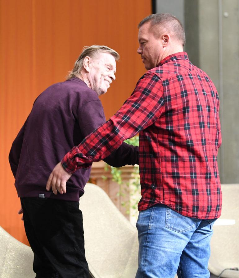 Henkivartija talutti Veskun lavalle, koska näyttelijän askellus oli vaivalloista.