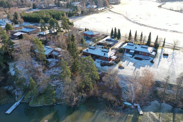 Antin uusi pesäkolo sijaitsee arvostetulla alueella Tuusulassa. Talon kupeessa on järvi ja golfkenttä.