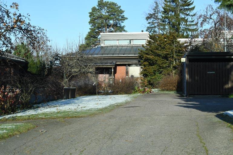 Vuonna 1985 rakennettua punatiilitaloa suojaa rehevä kasvillisuus.