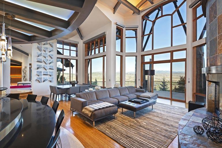 Suurista, lattiasta kattoon ulottuvista ikkunoista voi ihailla Utahin erämaata.