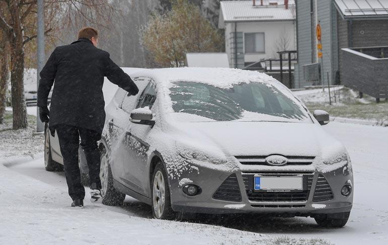 Jannika istuskeli kylmässä Fordissa, kun ministeri putsasi lumiset ikkunat.