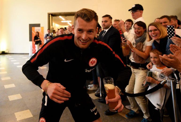 Lukas Hradecky tunnetaan oluen ystävänä. Miehelle maistuu varmuudella ainakin saksalainen mallas.