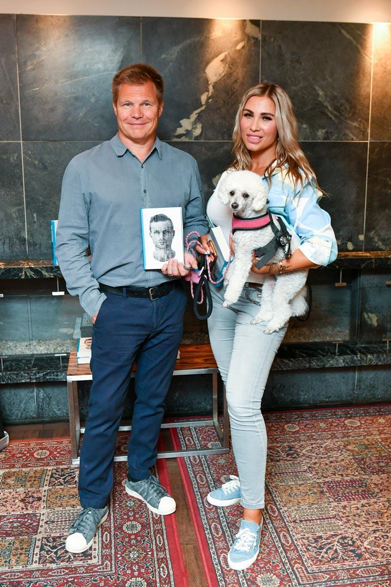 Mika nauttii F1-eläkeläisen elämästä naisystävänsä Henna Pihlajan kanssa.