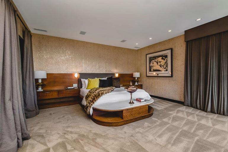 Talossa on kolme makuuhuonetta, joiden jokaisen yhteydessä on oma kylpyhuone.