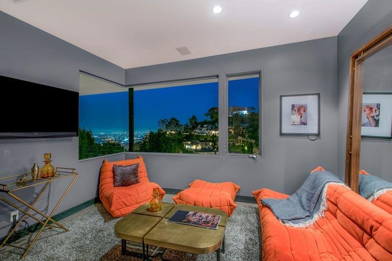 Myytävänä olevasta talosta aukeaa näkymä suoraan Hollywoodiin.