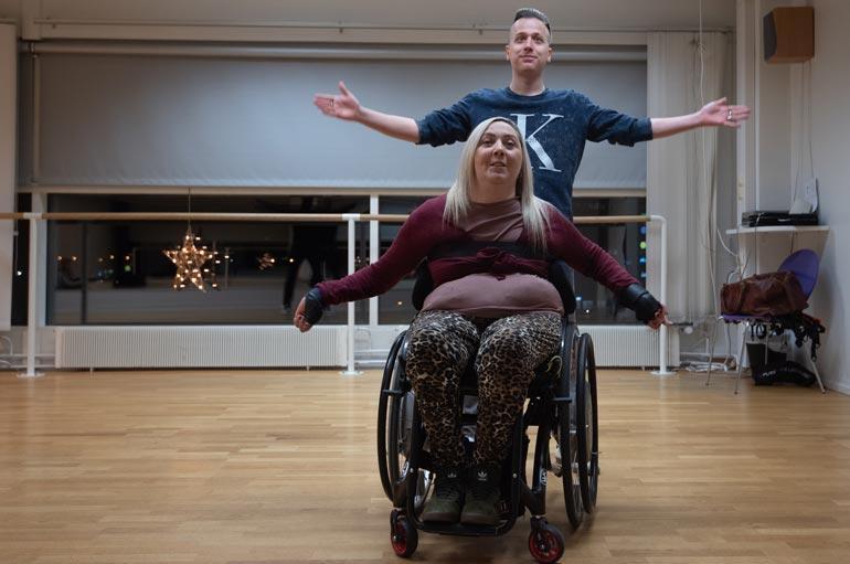 Mikko Ahti on tehnyt koreografian häätanssiin. Johanna tarvitsee avustajan tanssitreeneihin lähtiessään.