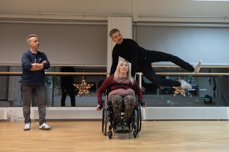 Tanssi sisältää hyppyjä ja liikettä monessa tasossa.