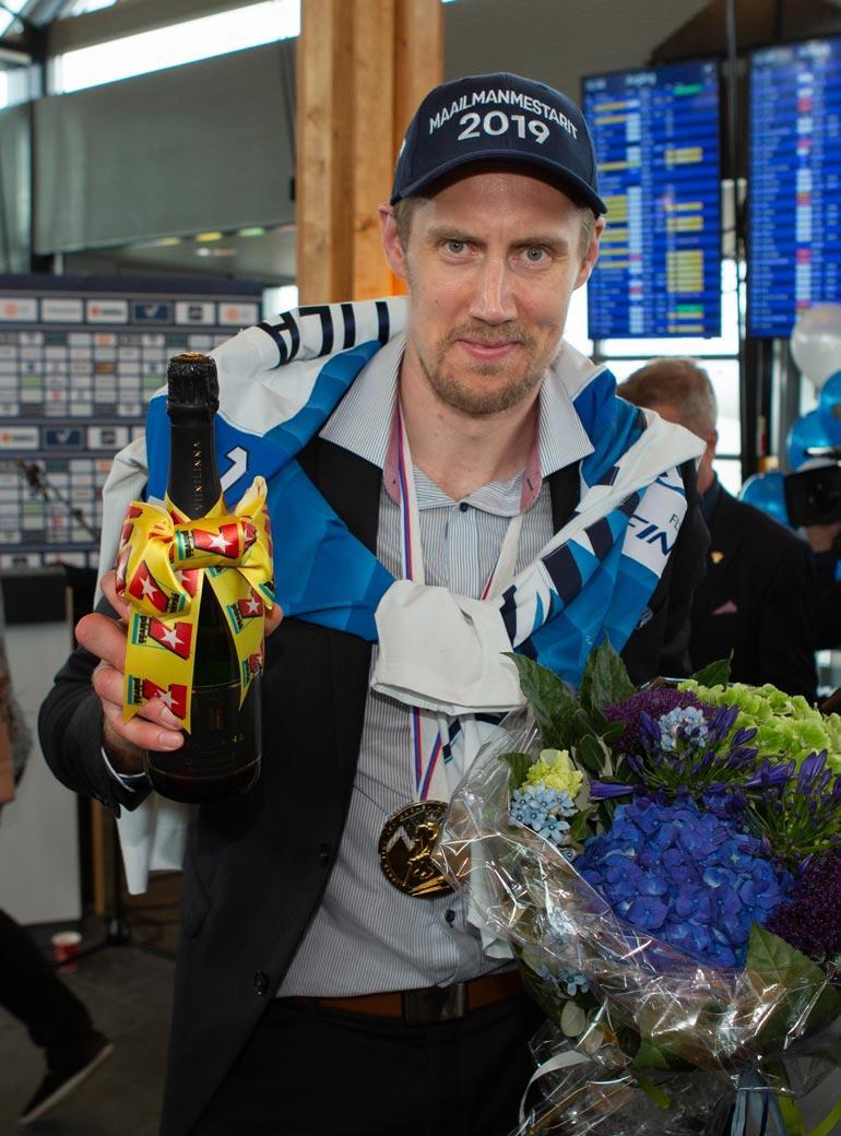 """MM-kullan Leijonille ratkaissut Marko """"Mörkö"""" Anttila pääsee kauhomaan presidentinlinnan boolimaljaa."""