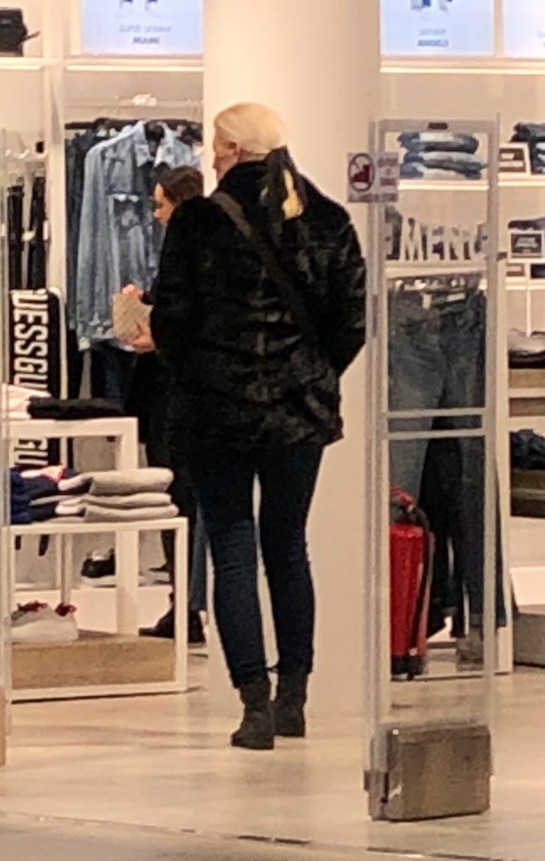 Tiina Jylhä shoppailemassa.