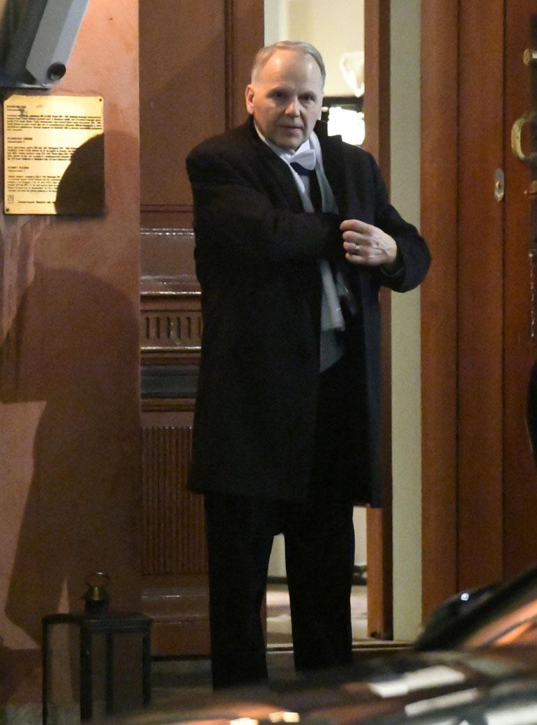 Ministeri Jari Leppä kaivoi rintataskuaan poistuessaan juhlista.