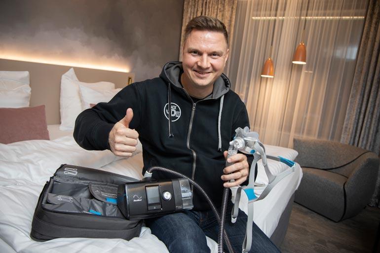 Peukku pystyyn CPAP-laitteelle, joka antaa ylipainehengityshoitoa vakavasta uniapneasta kärsivälle Jukka Hallikaiselle. Tangokuningas kuljettaa masiinaa mukana myös keikkamatkoillaan.