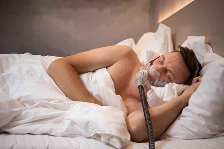 Nukkumaan mennessä laite käynnistetään ja naamari laitetaan kasvoille. Laite pitää hengitysteissä pientä ylipainetta, joka estää hengityksen katkeilun.