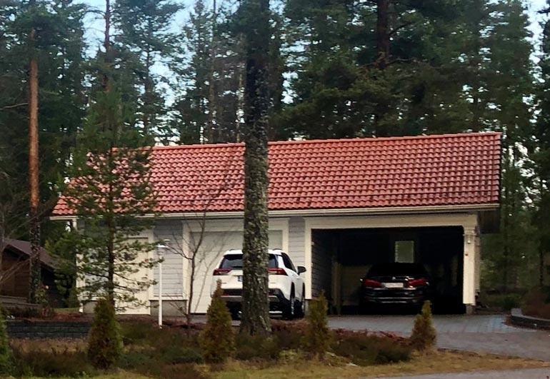 Maisan ja it-pomon talon vieressä on autotalli. Tallipaikan on ottanut it-mies Bemarilleen, ja Maisa joutuu seisottamaan Toyotaansa taivasalla.