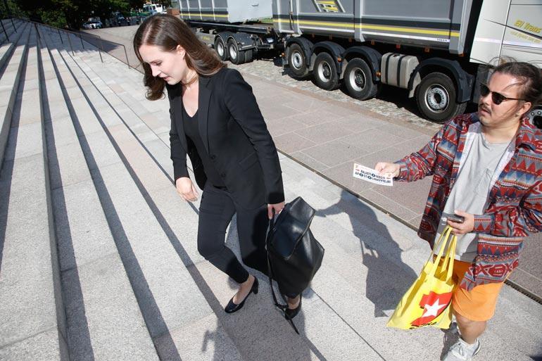 Silloinen liikenne- ja viestintäministeri Sanna Marin tapasi Seiskan toimittajan Eetu Ampujan syyskuussa Eduskuntatalon edustalla.