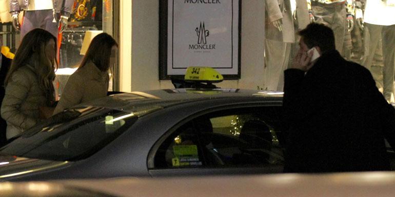 Kaksi muutakin kaunotarta hyppäsi samaan taksiin Jethron kanssa. Jethro itse meni taksin etupenkille maksajan paikalle.
