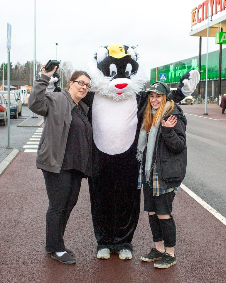 Sari-Anne Mäenpää ja Jenna-Rosa Reinikka pääsivät Ideaparkin parkkipaikalla Kohukatin kainaloon.