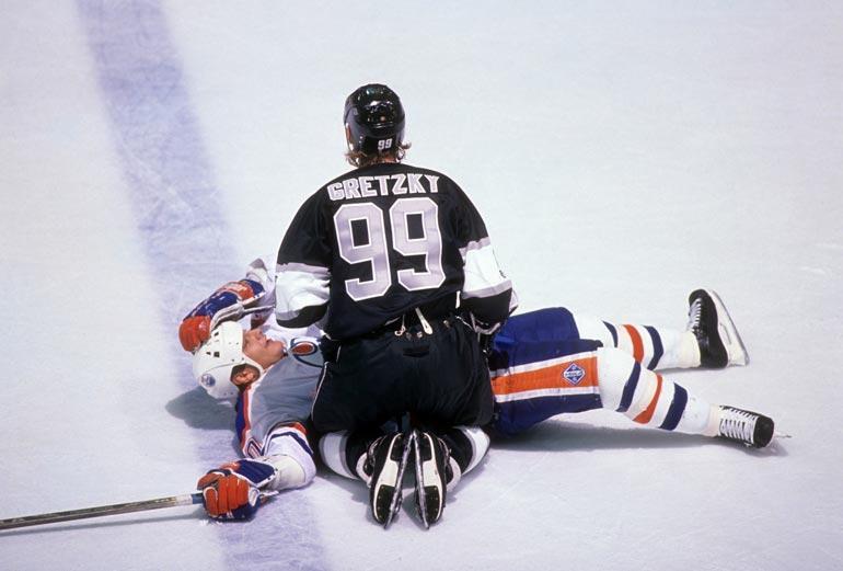 """Esa Tikkanen, Wayne Gretzky ja Jari Kurri muodostivat Edmonton Oilersissa tehoketjun, joka nimettiin Finnish Sandwichiksi. Myöhemmin Esa ja """"Väinö"""" väänsivät myös vastakkain, kun Gretzky kaupattiin Oilersista LA Kingsiin. Kuva vuodelta 1989."""