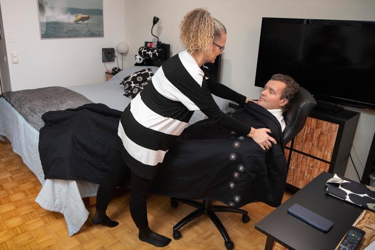 Kivuliaan palovamman takia Jari joutui nukkumaan jalka suorana monta yötä tuolilla. Marketta peitteli miehensä hellästi.