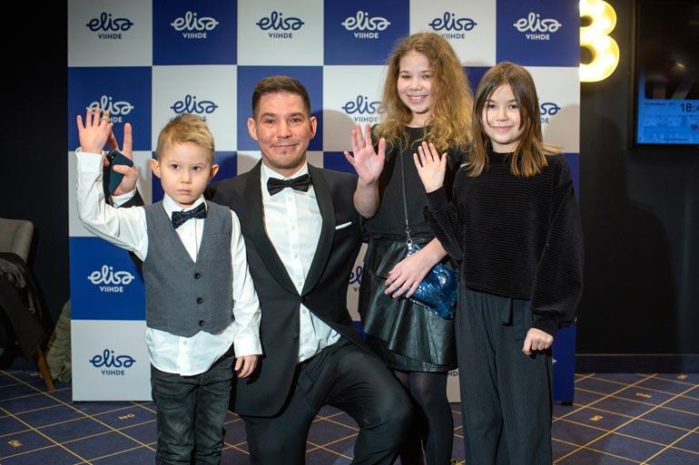 Jalmari Helander ja lapset.