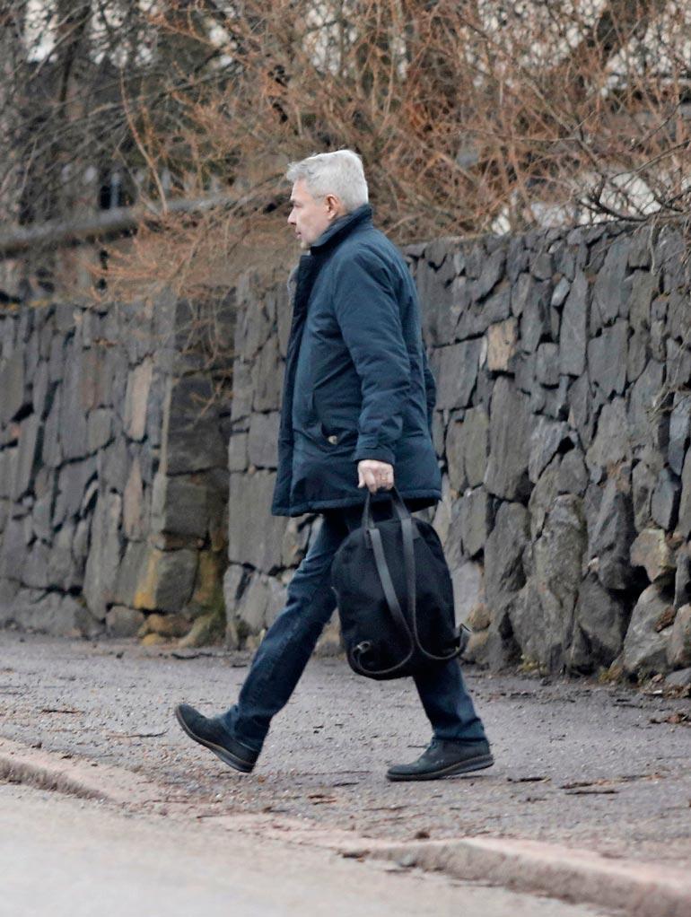 Pekka Haavisto poistui reppunsa kanssa kotoaan ja nousi aiemmin aamupäivällä vuokraamaansa pakettiautoon.