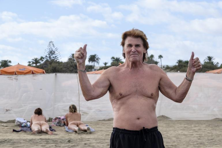 Frederik on yrittänyt pitää mielensä virkeänä Kanarialla. Kuva viime marraskuulta Playa del Inglésistä.