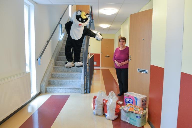 Hilkka Sipilä, 77, ällistyi huomatessaan, että Kohukatti oli lastannut oven eteen laatulukemista sekä kassikaupalla elintarvikkeita.