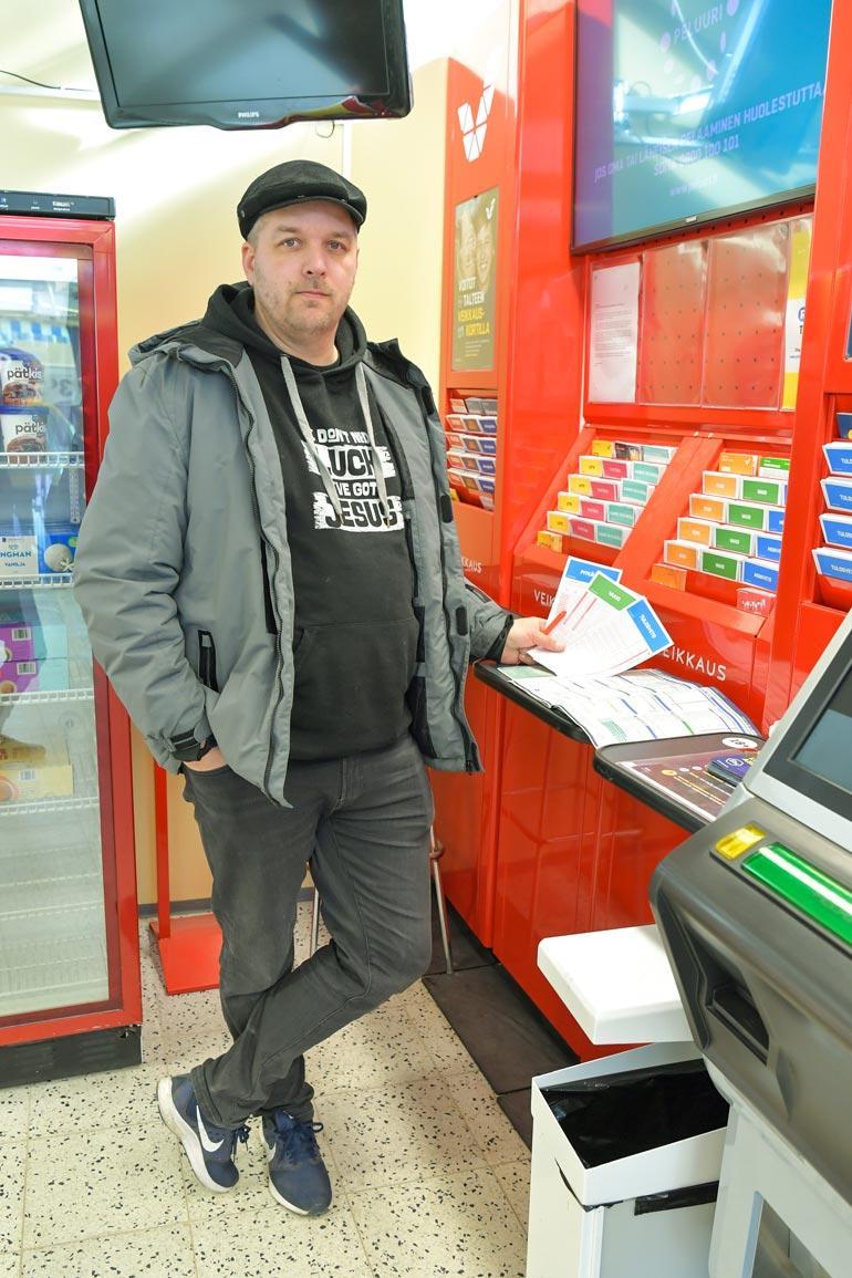 – Rahapeliautomaatit pitäisi kieltää lailla, Jussi Koivusaari sanoo. Hän kärsi vakavasta peliriippuvuudesta kymmenen vuotta. – Kaverillani oli 1,20 euroa, joten matkustin pummilla hänen luo vain saadakseni tehdä pitkävedon.