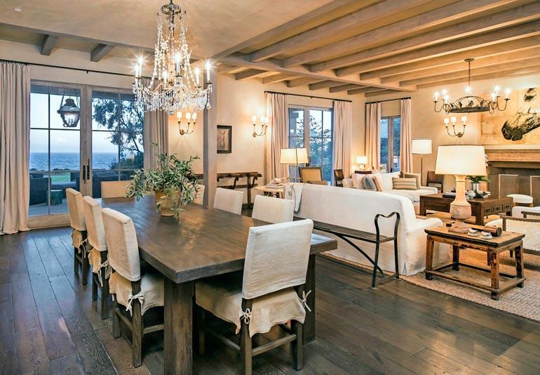 Kokit valmistavat keittiössä Gagan mieliruokaa italialaistyyppisiä aterioita. Jykevää ruokapöytää valaisee kynttilöin varustettu kristallikruunu.