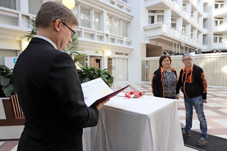 Hääseremonia toimitettiin kahden todistajan läsnä ollessa Pohjois-Suomen maistraatissa.