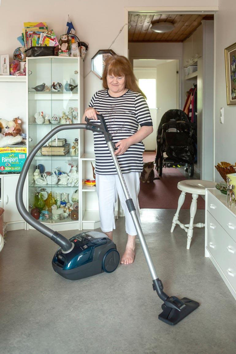Marjan elämää helpottaa tehokas imuri, josta hän ehti haaveilla vuoden päivät. – Nyt puhtaanapito on helpompaa! Sitä tarvitaan, kun taloudessa on kissakin.