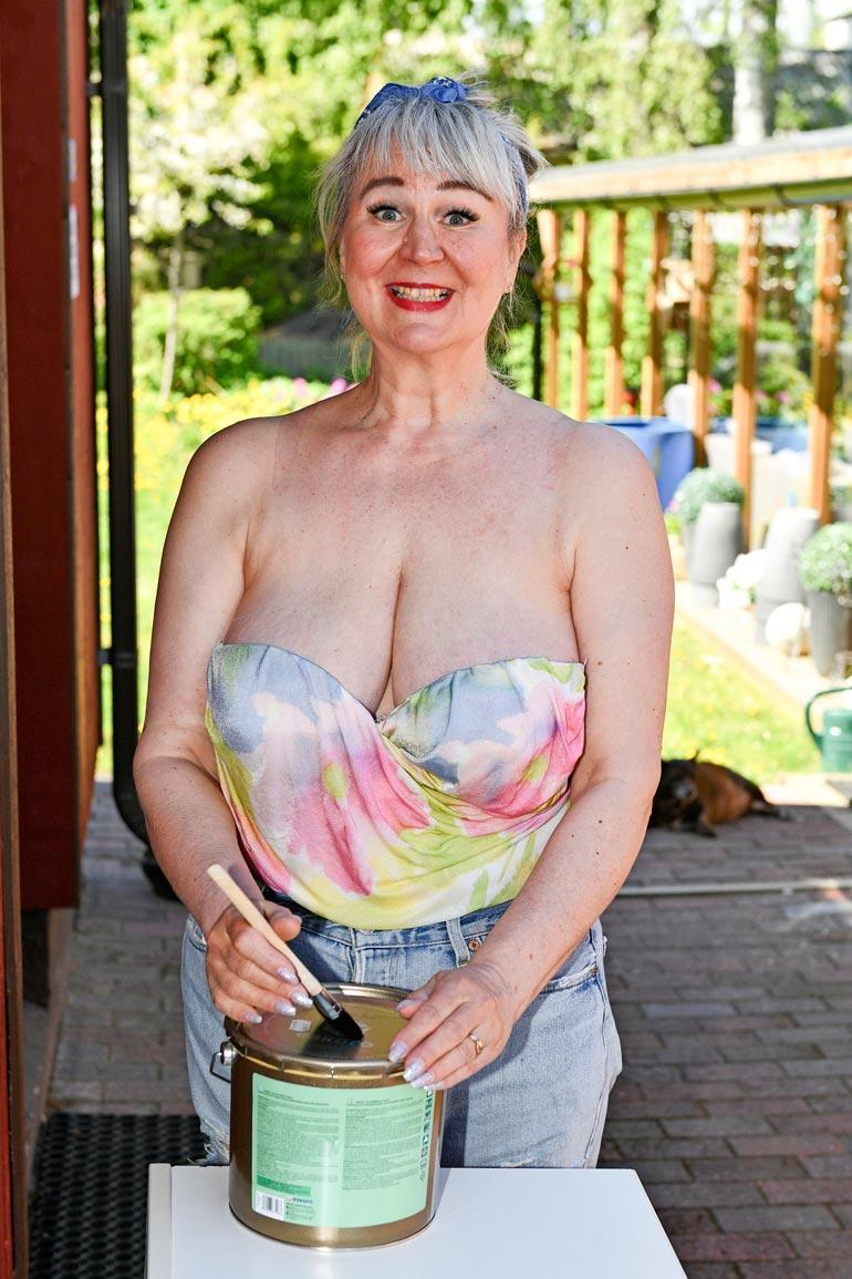 Panu-tyttönä tutuksi tullut Anne Marie Ellin-Laitinen, 59, solahti liki 30 vuoden jälkeen tv:stä tuttuun, antavaan asuunsa.