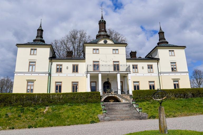 Stenhammarin linna sijaitsee 120 kilometrin päähän Tukholmasta.