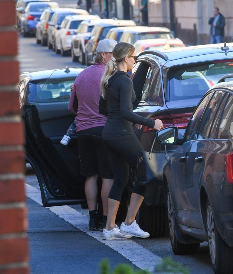 Miken ja Rafa-koiran lisäksi ökyautossa matkasi myös Emmi-vaimo perheen pojan kanssa.